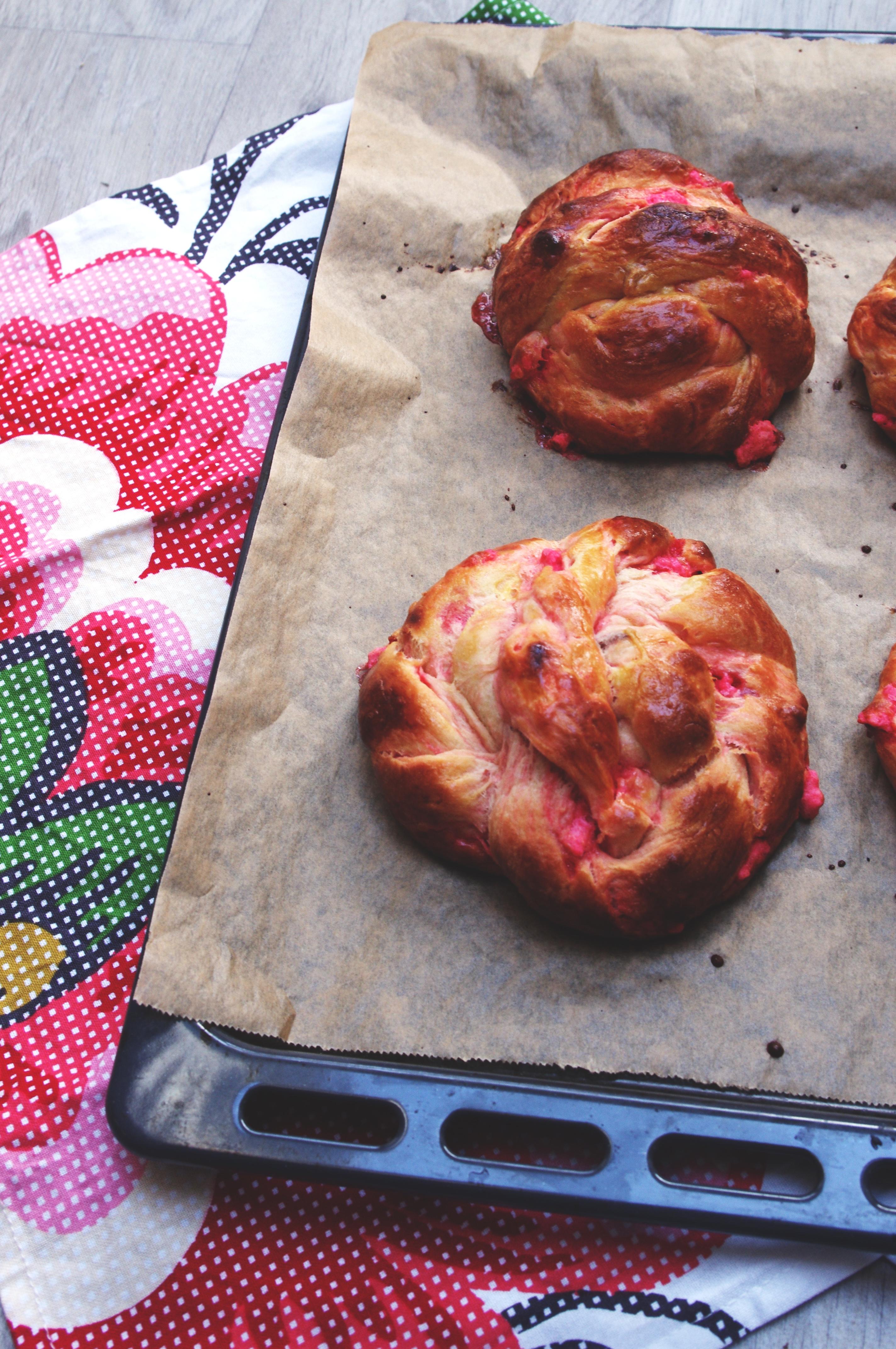 Briochettes tressées aux pralines roses