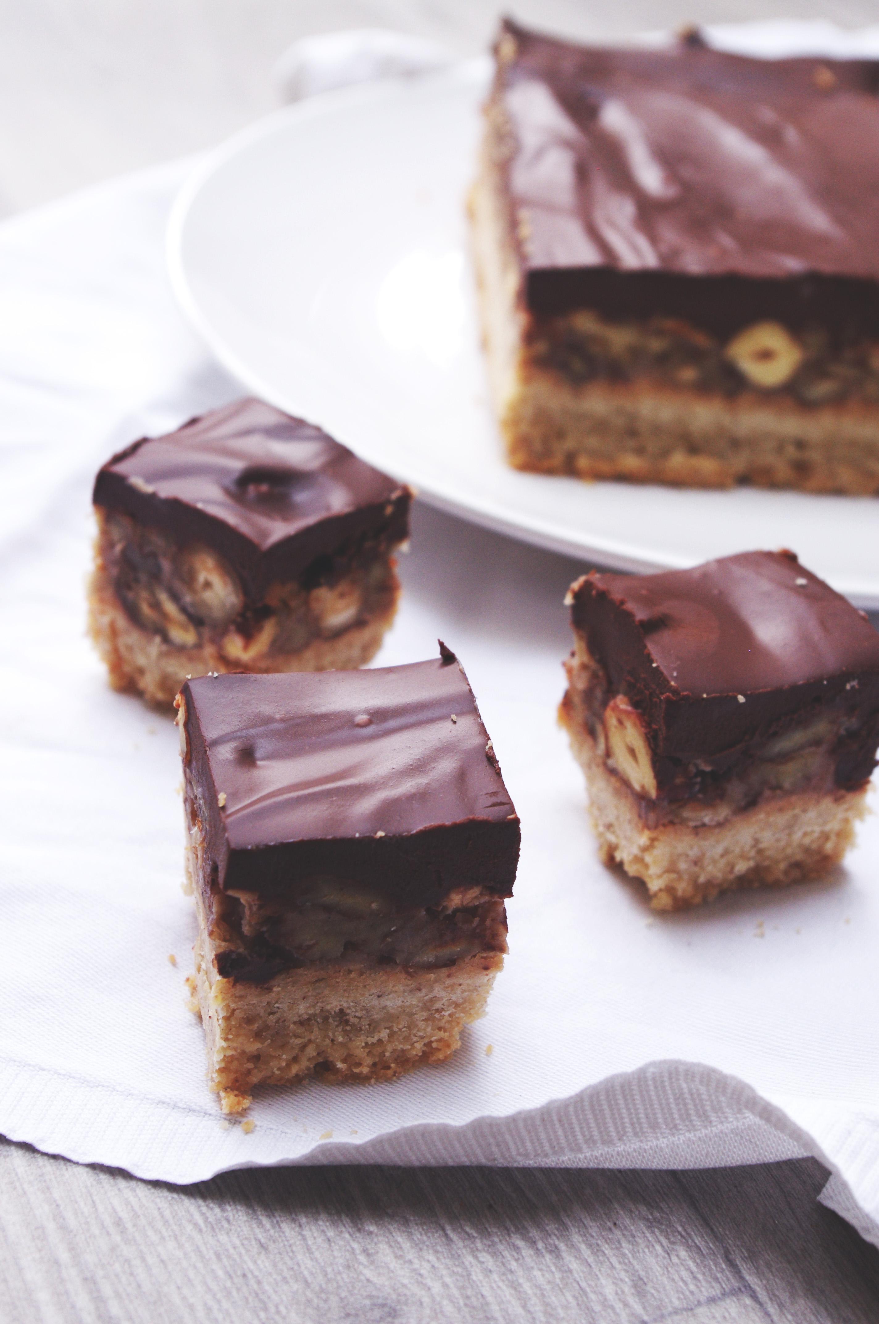 Petits carrés aux noix, caramel et ganache chocolat